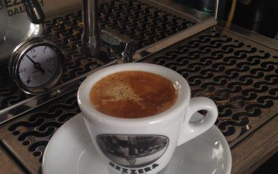Comment traiter les dents tachées par le café ou thé